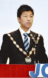 挨拶する長澤理事長