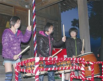 拝殿の前で奉納太鼓を演奏する子どもたち