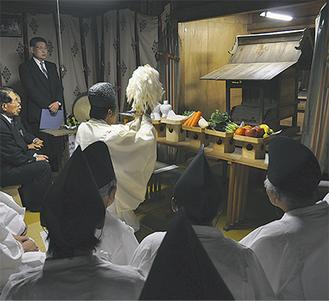 稲荷神社で行われた御霊移しの神事