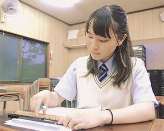 関岡そろばん道場で練習に取り組む宇佐美さん