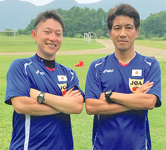 日本代表のユニフォームを着る飯田さん(左)と太田さん