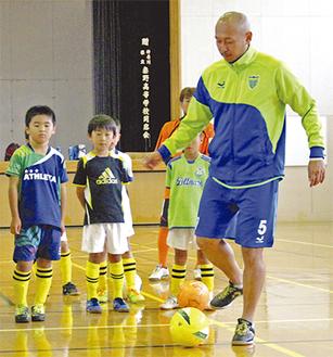 子どもたちに教える久光選手