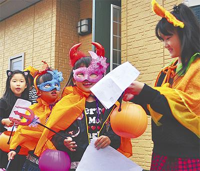 仮装をして楽しそうに練り歩く子どもたち