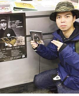 アルバムを手に持つ三川さん