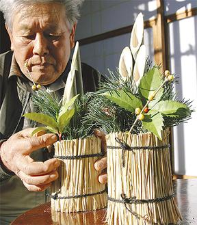 25cmほどのミニ門松を整える熊澤さん