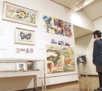 文化会館の緞帳デザイン(左上)の2点同時展示は初という