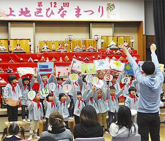 歌を披露する上幼稚園の園児たち