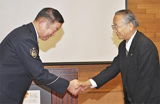 握手を交わす杉崎さん(右)と大森さん