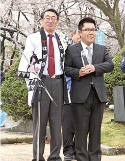 表彰を喜ぶ矢部さん(右)