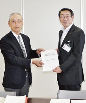 古谷市長に提案書を手渡す高橋榮一会長(左)