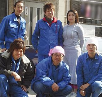 若さあふれる笑顔がトレードマークの鈴木さん(上中央)ら