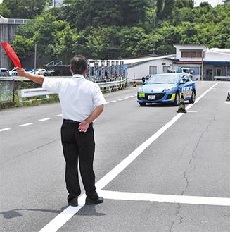 教官が上げた旗の方向にハンドルを切り急ブレーキをかける緊急回避の講習