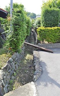 民家脇に残る用水路跡