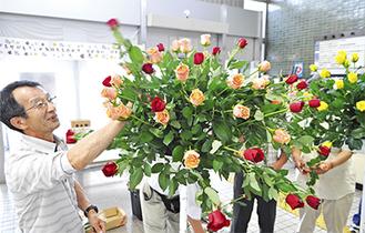 展示用のバラを飾り付ける伊藤部長
