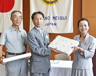 古谷会長(右)と齋藤部長(中央)、金子副会長