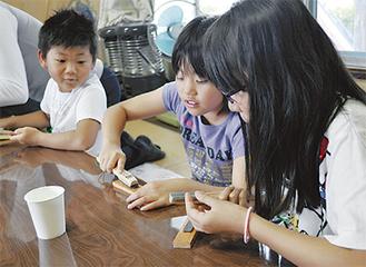 戸川砥で金属を研ぐ子どもたち