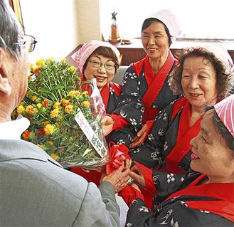 市長にベニバナを手渡す紅花会会員
