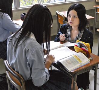 高校生の質問に答えるボランティアの小林さん