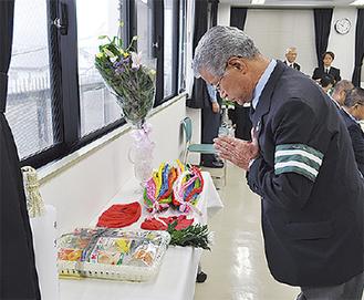 献花を行う中田会長