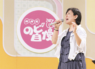 NHKのど自慢で歌を披露する参加者