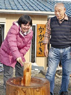 餅をつく施設利用者と渡辺所長(右)