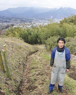 整備が完了した道に立つ小野さん