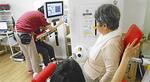 機能訓練マシンで運動する高齢者。効果が実感できると人気だ。