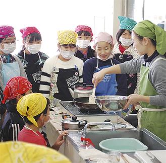 調理方法を見学する児童たち