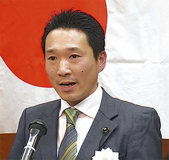 支持者らを前に県政について語る神倉県議