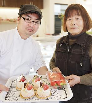 イチゴと商品を手にするパティスリークラベリーナ吉田さん(左)と農家の飯塚さん