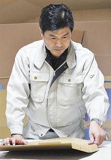 製品チェックをする小澤代表