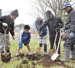 植樹を共同作業で進める関係者