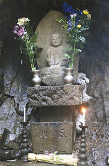 不動の滝のそばに祀られる「滝の沢不動明王像」