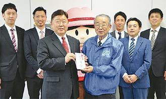 松下会長(右)に寄付金を手渡す秋山実行委員長