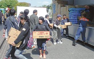 中学生ボランティアと物資の搬入