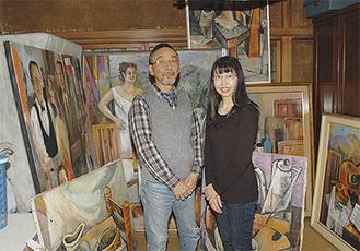 作品を囲む二見さん夫婦。100号を超えるものを含め、自宅には多くの油彩が展示される。