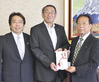 古谷市長(中央)に目録を渡す米山会長(右)と梅原幹事