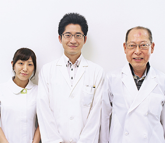 遠藤隆太医師(中央)、遠藤政隆院長、秋本羽衣看護師