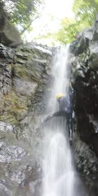 シャワーを浴びながら滝を登る