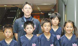 右から岡海花さん、坂本海人君、冨山就翔君、吉田和織君、冨山理駈君、後ろは代表の飯田さん