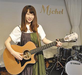 ギターをかまえる昌美さん