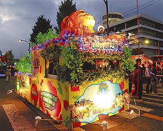 きらびやかなフロート車(写真は昨年)