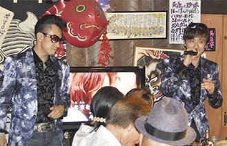 満員の店内で歌を披露する大倉さん(右)と坂本さん