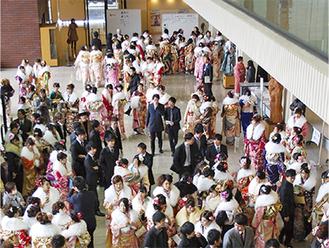 文化会館で行われる成人式(写真は昨年)