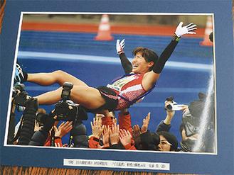 秦野郵便局から贈られた寺内選手の写真パネル