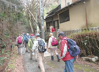 坂本道を歩く参加者(写真は昨年)