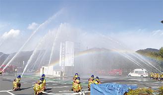 消防署、消防団らによる一斉放水
