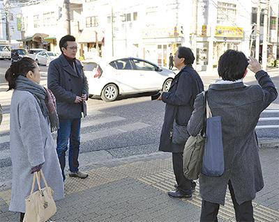 試写に先立ち監督の高橋和勧さん(中央左)らワップフィルムのスタッフらが、古木勝久市議(中央右)と本町周辺を見学した