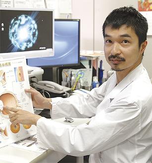 白内障について説明する伊藤医師