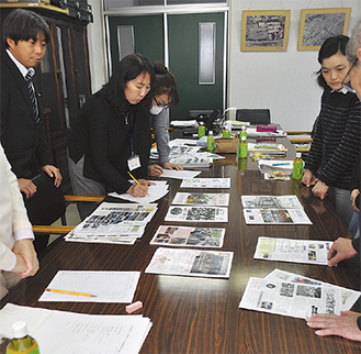 各広報紙を審査する選考委員